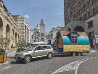 Vacanța inedită a unor români, în Italia, într-o căsuță pe roți. Cât costă construcția cu toate dotările VIDEO