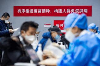 Vaccinare in masa, la Beijing, inainte de Anul Nou chinezesc. Oamenii au fost transportati cu autobuzul la centrele de vaccinare