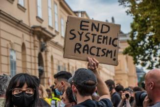 Val de manifestatii impotriva rasismului in Europa. Inscriptii peste numele lui Churchill, pe soclul statuii din fata Parlamentului britanic