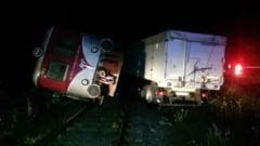 Valcea: Un sofer a intrat cu TIR-ul intr-un tren de calatori aflat in mers si l-a rasturnat