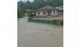 Valoarea colosală a pagubelor produse de inundațiile din această vară în Prahova. Sute de case și gospodării, distruse de viituri