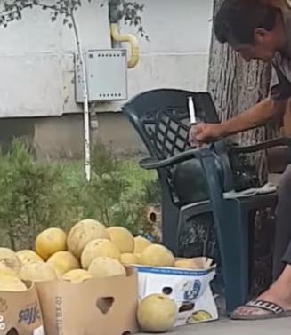 Vanzator filmat in Braila in timp ce injecta pepenii cu un lichid: A fost evacuat din piata si nu mai poate vinde in oras (Video)