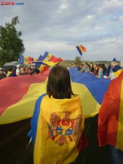 Vara infrateste Tara - Flash-mob in centrul Capitalei: Romanii de pe ambele maluri ale Prutului au dansat si s-au imbratisat