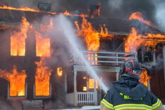 Vaslui: Explozie urmata de un incendiu intr-o casa din Barlad. O femeie a fost ranita
