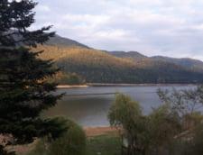 Vedere de din Cabana Cumpana, de pe malul Lacului Vidraru