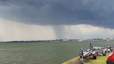 Velier rasturnat de vant pe lacul Siutghiol din Mamaia. Trei persoane, recuperate de pompieri din apa VIDEO