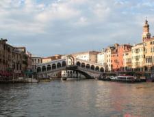 Venetia interzice shaormeriile si pizza la felie, iar turistii sunt rugati sa nu mai manance pe strada