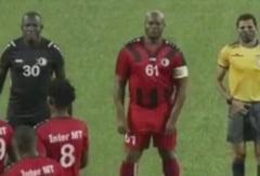 Vicepreședintele Surinamului și-a aflat pedeapsa după ce a debutat în fotbal la 60 de ani. Gestul pentru care a fost sancționat VIDEO