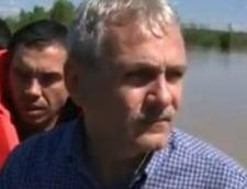 Vicepremierul Liviu Dragnea, cu barca printre inundatii din Teleorman