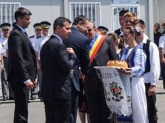 Victor Ponta, intampinat la Chisinau de protestatari mascati