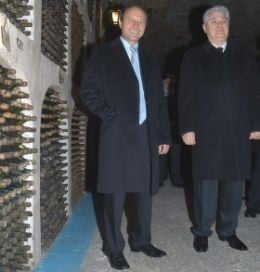 Vinul primit de Basescu de la Voronin a disparut din crama