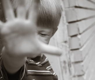 Violati si maltratati ani in sir de parintii lor. Cazul socant a doi copii din Neamt