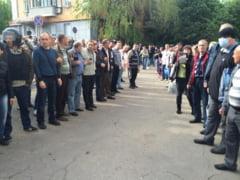 """Violente in Ucraina: 200 de politisti, scosi din cladirea Parchetului si trecuti prin """"culoarul rusinii"""""""