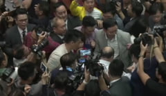 Violente in parlamentul din Hong Kong. Un parlamentar a fost luat cu targa (Video)