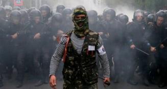 Violente la Donetk: Sute de separatisti prorusi au atacat cu bate de baseball participantii la un miting