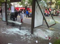 Violente la Paris, intre politisti si manifestanti - gaze lacrimogene, tun cu apa, vitrine sparte si jefuite (Foto & Video)