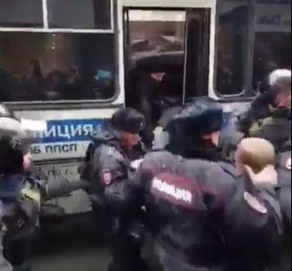 Violente la protestul anti-Putin: Politistii au intrat cu bastoanele in multime ca sa-l salte pe liderul opozitiei (Video)