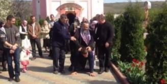 Viral: Un preot calareste si calca in picioare un enorias  Reactia