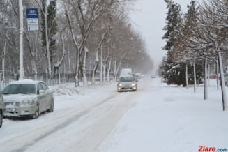 Viscolul si vremea rea au inchis drumuri si au blocat oameni in nameti. Filmul unei dimineti de iarna (Foto&Video)