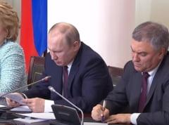 Vladimir Putin si-a venit singur de hac: Reactia amuzanta dupa ce n-a putut citi ce a scris (Video)