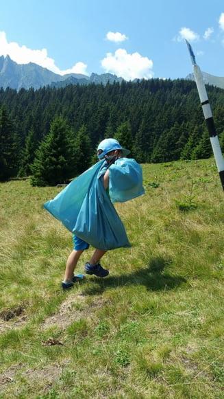 Voluntarii au adunat zeci de saci cu gunoi de pe munte, dar n-au unde sa-i arunce
