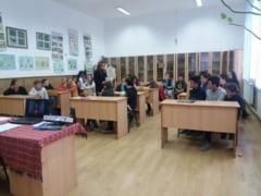 Voluntarul care ii invata pe elevi educatie juridica FOTO