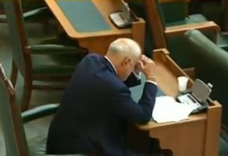 "Vosganian scapa de urmarirea penala, dupa ce a plans si s-a rugat in Senat: ""O victorie a democratiei!"" (Foto)"
