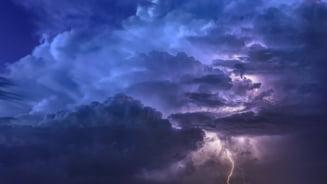 Vreme rea in cea mai mare parte a tarii, pana marti seara. Noi avertizari meteo. Cod rosu de ploi torentiale in mai multe judete