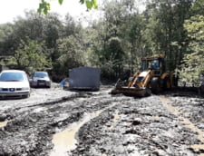 Vremea extrema a facut prapad: Drumuri distruse, case inundate, un copil a fost salvat dintr-o masina (Foto&Video)