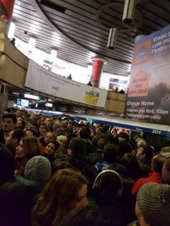 Vremea rea a dat peste cap si traficul de la metrou - calatorii sunt dirijati de politisti