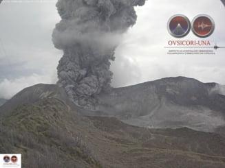 Vulcan neobosit: Arunca pietre si cenusa pana in capitala statului (Video)