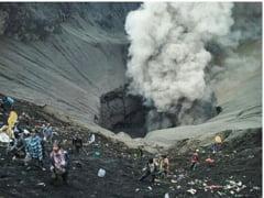 Vulcanul flamand: Localnicii arunca ofrande vii in crater, pe care saracii incearca sa le prinda (Foto)