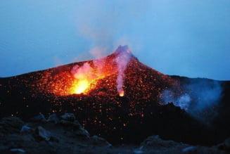 Vulcanul indonezian Semeru a inceput sa erupa. Coloanele de fum si de cenusa ajung pana la inaltimi de 5.600 de metri