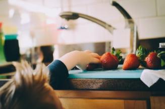 """Zahărul, """"ucigaşul"""" lent. Doi din trei copii români mănâncă dulciuri zilnic. Care este recomandarea nutriţioniştilor STUDIU"""