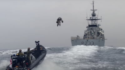 """Zborul de """"Iron Man"""" al militarilor britanici deasupra marii: Costumul minune care-i face sa plonjeze cu 120 de kilometri pe ora VIDEO"""