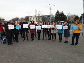 """Zeci de biologi si chimisti protesteaza in fata Guvernului, nemultumiti de salarii: """"Noi dam rezultate, nu vorbe desarte"""""""