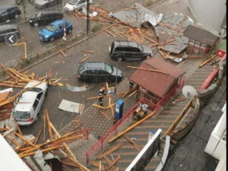 Zeci de copaci doborâți și mai multe mașini avariate în centrul unui oraș din Moldova după furtuna de miercuri VIDEO
