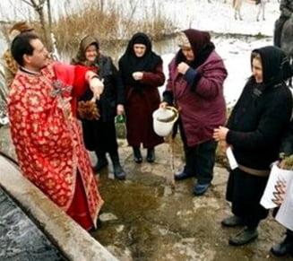 Zeci de credinciosi rusi, otraviti cu apa sfintita de Boboteaza