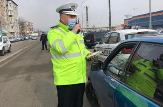Zeci de masini si autocare cu pelerini, oprite la intrarea in Cernica. Localitatea este in carantina din 1 aprilie VIDEO