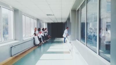 """Zeci de mii de angajați din sănătate, pregătiți de proteste, în SUA: """"Epuizarea a atins niveluri record"""""""