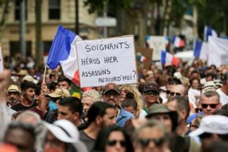 Zeci de mii de francezi au protestat pentru al treilea weekend consecutiv față de introducerea certificatului de vaccinare VIDEO