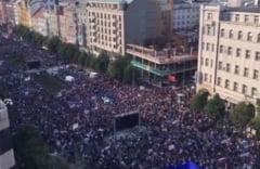 Zeci de mii de oameni au iesit in strada la Praga pentru a cere demisia ministrului ceh al Justitiei