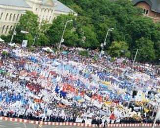 """Zeci de mii de oameni au protestat la Guvern: """"Nu scapa unul!"""" (Video)"""
