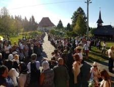 Zeci de mii de pelerini, la manastirile din Maramures in ajunul sarbatorii Sfintei Maria