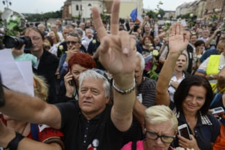 Zeci de mii de polonezi au iesit in strada, nemultumiti de controversata reforma a Curtii Supreme