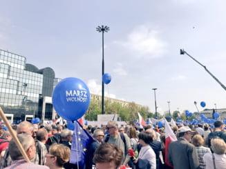 Zeci de mii de polonezi au protestat la Varsovia: Nu va lasam sa scoateti Polonia afara din Europa!