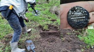 Zeci de monede antice, gasite de un politist pensionar intr-o padure de langa comuna Radomiresti