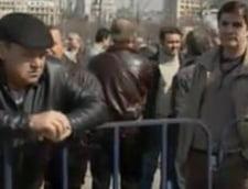Zeci de pensionari militari picheteaza cladirea Parlamentului (Video)
