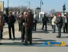 Zeci de pensionari militari picheteaza cladirea Parlamentului