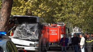 Zeci de raniti dupa ce un autobuz a intrat intr-un copac, in Roma (Video)